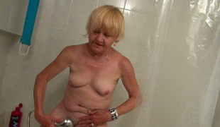 Worthy Old granny teaches Good beauty masturbate